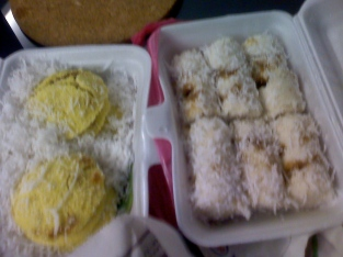 putu piring (but they are made of yellow-colored flour;different from Singer style); I prefer the Indon-style type on the right. There is a stall in chinatown that sells this wonderful treats too!
